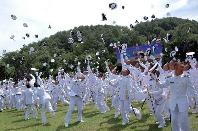 Pataka akademi militer mempunyai seloka yang berbunyi &; adhitakarya