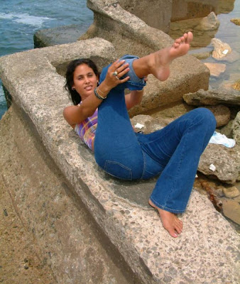 desi-indian-girl-naked-bare-feet