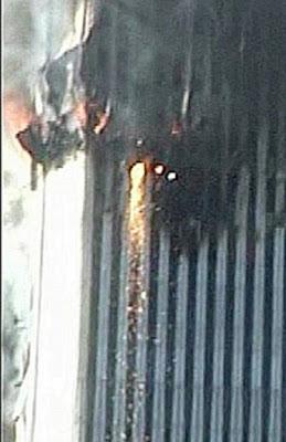 Flujo de material incandescente visible en el WTC2 antes del colapso