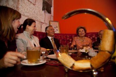 Cavaco Silva em Istambul, entre um chá, compras no bazar e um seminário económico