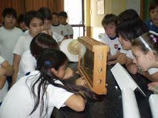 Niños del Instituto Virgen del Carmen de Cuyo observando las abejas