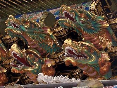 Detaillierte Drachenköpfe an einem der Schrein-Tore