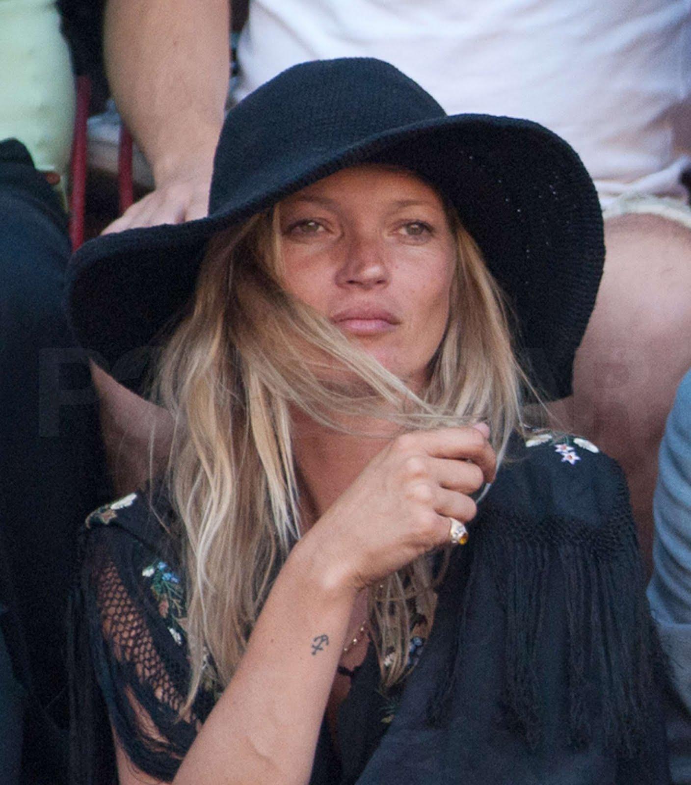 http://4.bp.blogspot.com/_PfmV3qvy8FY/TL9y3svNUpI/AAAAAAAAAFw/JugjvKntivs/s1600/la+modella+mafia++hats+Kate+Moss+at+Il+Palio+di+Siena+Horse+Race+2010.jpg