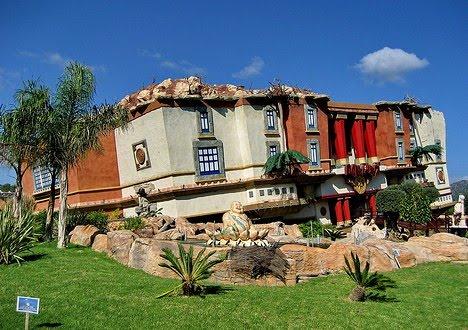 Machinario Casas Construidas De Pernas Para O Ar