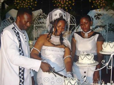 Diana wakikata keki siku ya harusi yao huku matron wao akiwaangalia