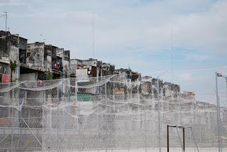 des filets entourent des terrains de volley derrière le Building,à louer pour une partie en amis - Phnom Penh, Vann Molyvann