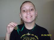 Alegria da Bruna com a medalha que ganhou no Xadrez.