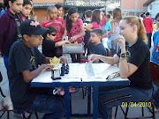 Allan e Bruna em Oficina de Xadrez nas atividades de Páscoa .