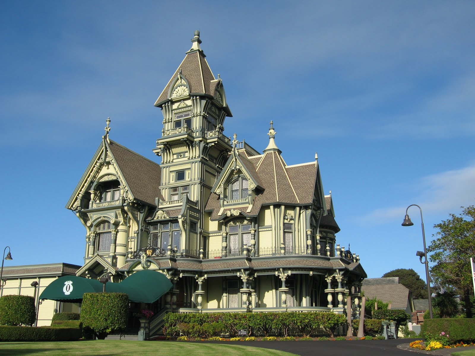 Huge Beautiful Mansion A big beautiful victorian: galleryhip.com/huge-beautiful-mansion.html