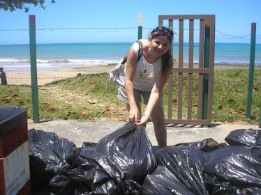 Coleta dos lixos encontrados na praia