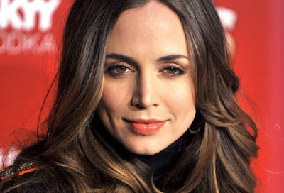 Eliza Dushku uses Coffee Ground as Face Scrub, strawberries as toothpaste.