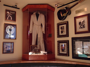 Elvis at the Hard Rock  Cafe!