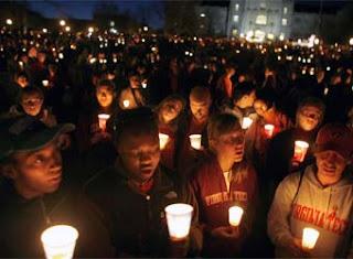 Los estudiantes de Virginia Tech se manifiestan en señal de duelo.