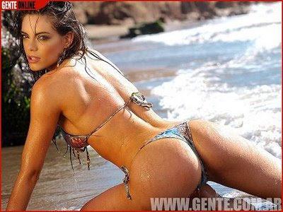 emilia attias en bikini en la playa