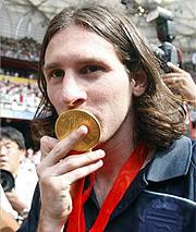 messi besando la medalla