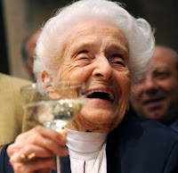 donna anziana con bicchiere di vino