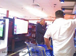 JUAN FORMELL COMPRANDO TELEVISORES PLASMAS EN BRANDSMART CON EL DLAR DEL IMPERIALISMO.