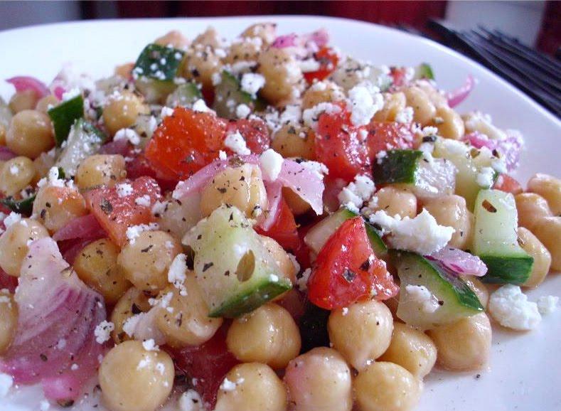Poor Girl Eats Well: Recipe: Mediterranean Garbanzo Salad