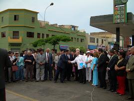 SALUDOS DEL EMBAJADOR DE VENEZUELA ARMANDO LAGUNA A REPRESENTANTE CUBANO
