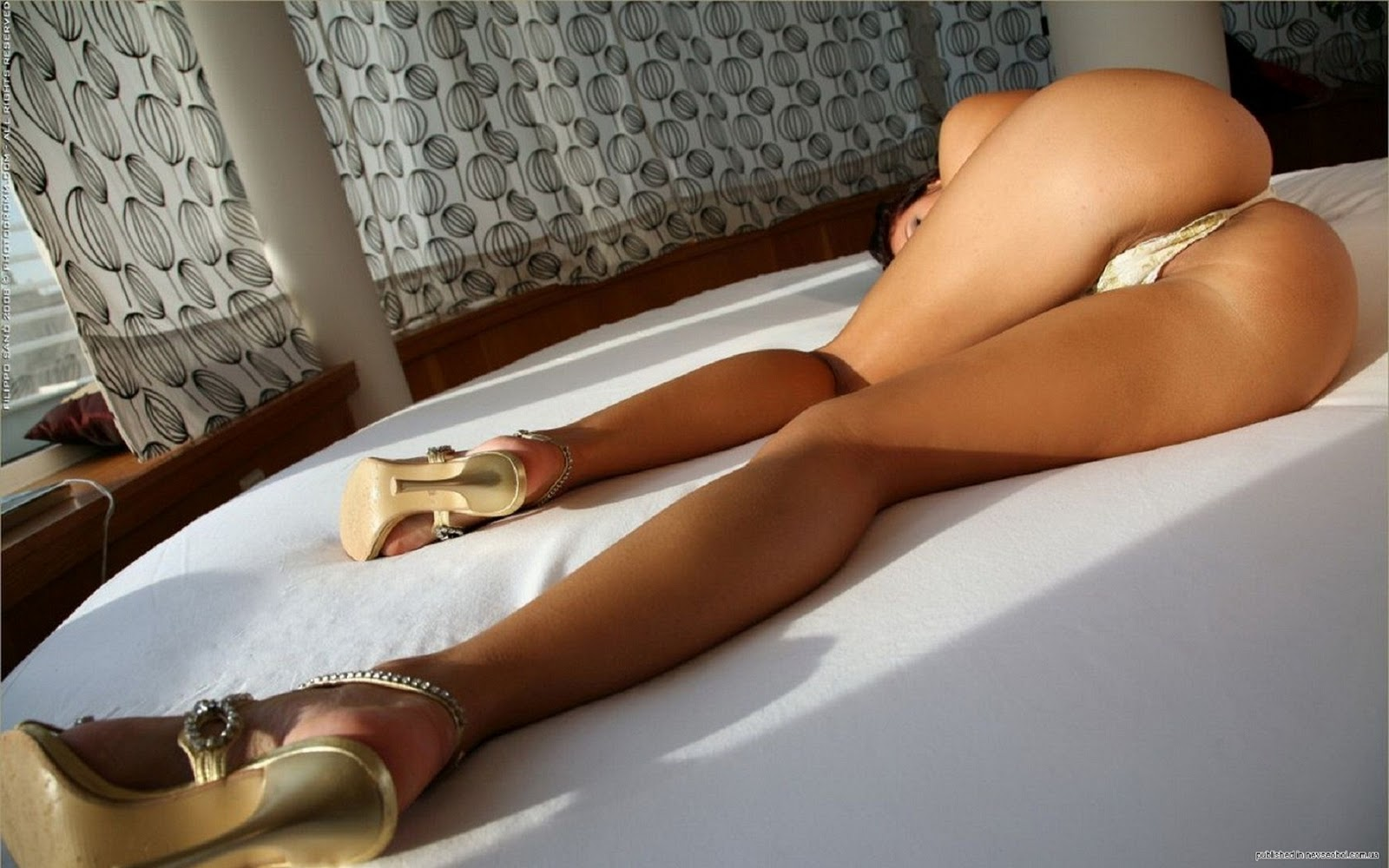 Сладкие попки на кровати фото