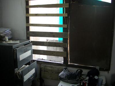 Consultorio del Médico con ventana rota.