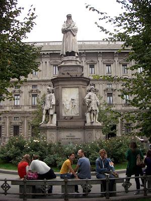 Escultura de Leonardo da Vinci en Piazza Scala.