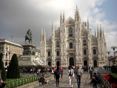 Piazza Doumo con la fachada de la catedral restaurada. Perteneciente al góitco, 3ra iglesia más grandes del mundo, superada por S. Pedro en Roma y S. Pablo  en Londres.