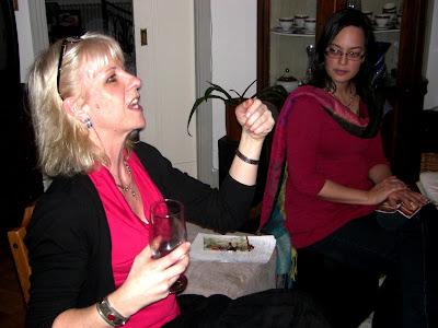 Helena, la anfitriona, interviene como mediadora.