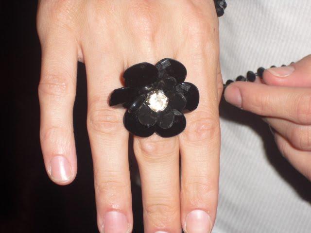 anel feito com lentilhas,stras,e missangas