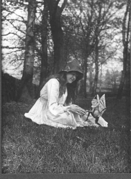 Dossier negro: Las Hadas de Cottingley 440px-cottingley_fairies_2