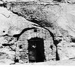 Gruta com porta no morro da Torre do Tombo (Mossãmedes)