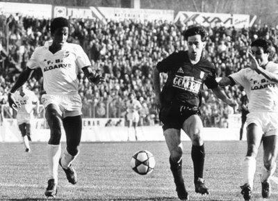 Brasileiros na disputa da bola - Luisão em destaque com Caio Júnior em pleno Estádio D. Afonso Henriques