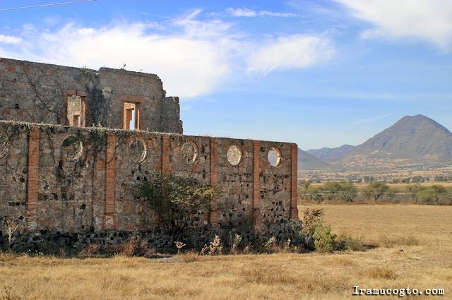 Hacienda en ruinas en el camino hacia Irámuco, Gto.