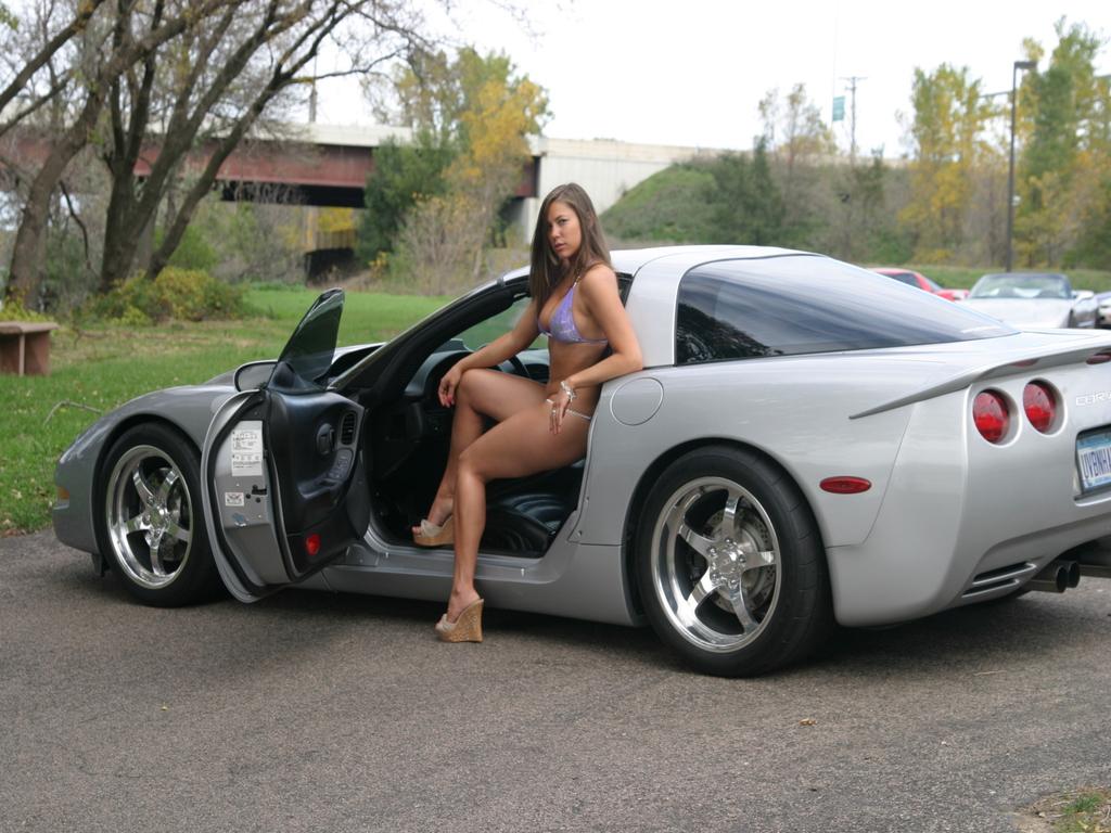 Papel de parede de carros com lindas mulheres