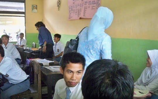 Marissa Haque Menemani Ikang Fawzi di SMUN 1 Kalianda Lampung Selatan.jpg