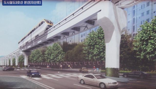 Vista de un tren pasando por el monorraíl sobre una avenida de Daegu