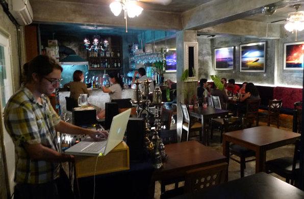 Jordi pinchando música en un bar de Seúl