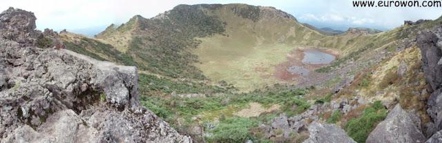 Vista del cráter desde lo alto del monte Hallasan