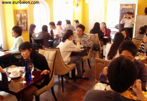 Restaurante La Paella de Seúl lleno de gente