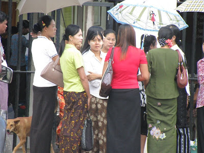 >Families of 88 Generation Students Activists waiting outside Insein Prison to see their siblings