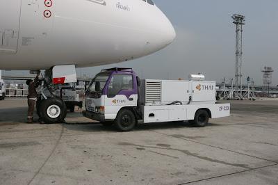 Unidad de Potencia en Tierra (GPU) abasteciendo a un avión de corriente a 400 Hz