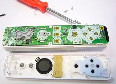 Mando de la Wii desmontado. El acelerómetro es la pieza que se encuentra a la altura de la punta del destornillador.