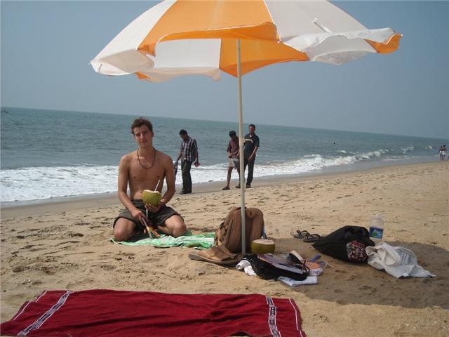 En Xavi Farell i Garrigós va fent la seva vida al sud de l' Índia, a Kochi,... amb un coco a la mà!