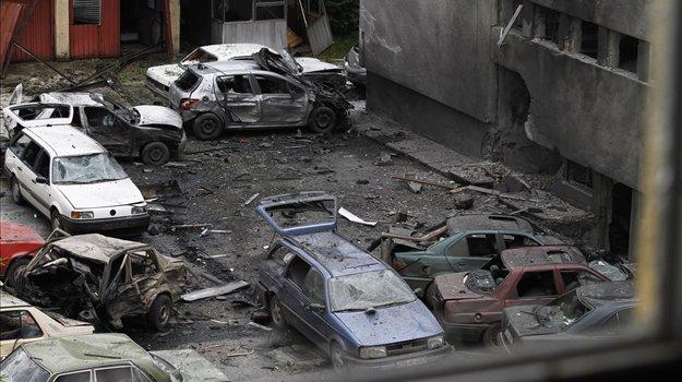 http://4.bp.blogspot.com/_QfVWU-2pVL4/TCtty9uTK2I/AAAAAAAAO3k/lOEdtIKaspM/s640/Gre+za+Naserja+Palislamovi%C4%87a,+aretirali+pa+so+ga+v+Sarajevu.+Napad+naj+bi+bil+sicer+delo+muslimanskih+skrajne%C5%BEev+bosnia+bomb+police+station.jpg