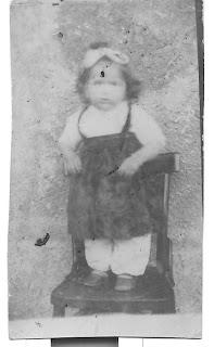 Eski ve yıpranmış eski çocuk fotoğrafı