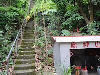 山神廟旁即是一峰步道入口