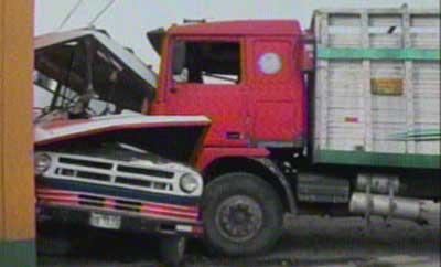 Padre e hijo heridos tras choque de microbús con camión en El