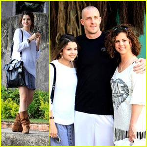 Selena Gomez on Here Is A Picture Of Selena Gomez And Her Mom And Dad