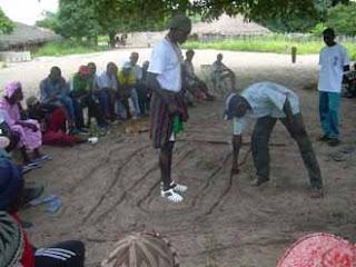 Villageois dessinant une carte des differents bolongs sur le sol