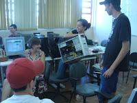 Jaline com o computador e os participantes sinalizando os componentes de hardware